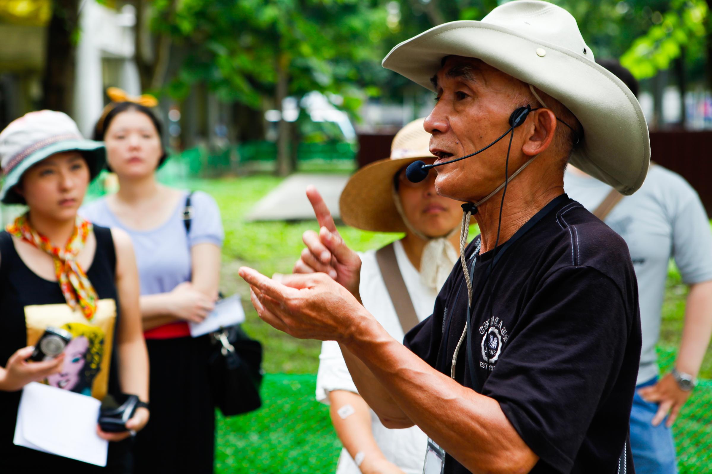 阿強正在艋舺公園認真導覽中