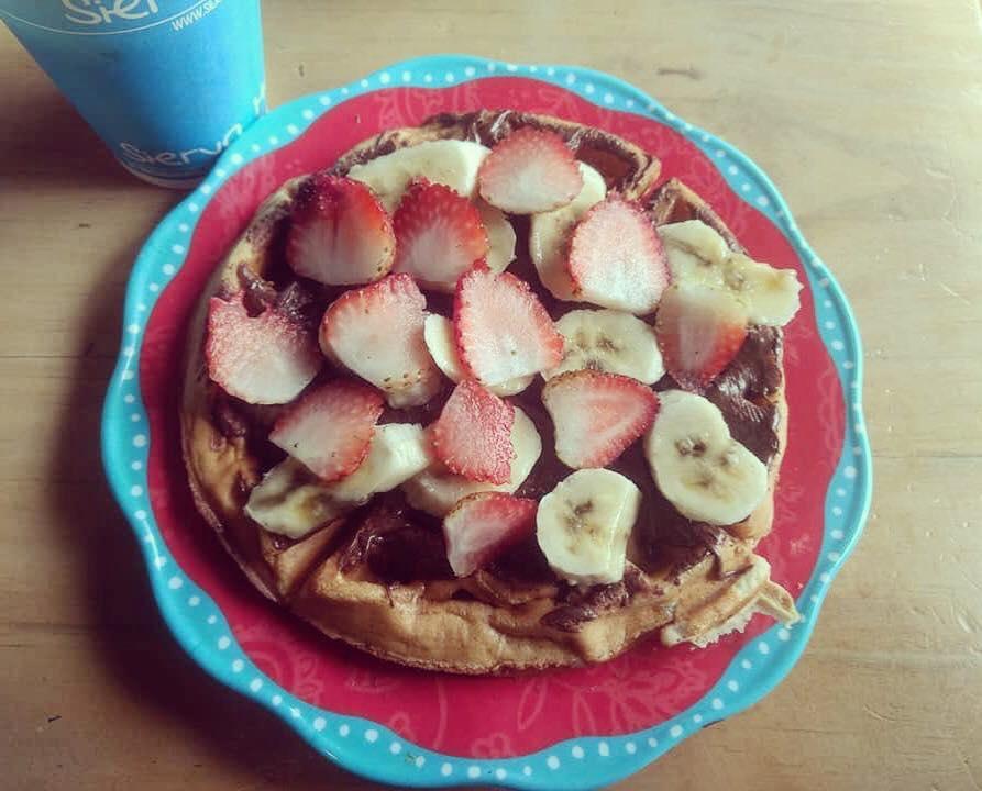 Waffle de nutella, banano y fresas
