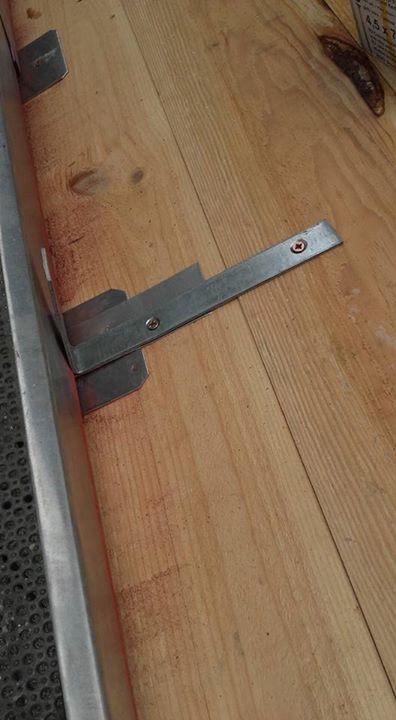 Pose de feuillard pour renforcer le bandeau du cheneau