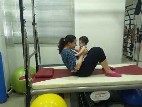 5 benefícios do Baby Pilates para as mães e os bebês.