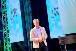 Evento reúne pais e convidados para apresentar a nova campanha do CFC e discutir a era digital na ed