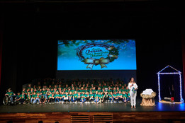 Crianças carentes assistem à cantata natalina