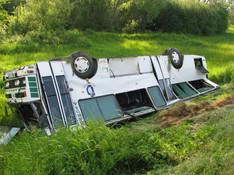 Autobus sa prevrátil na strechu