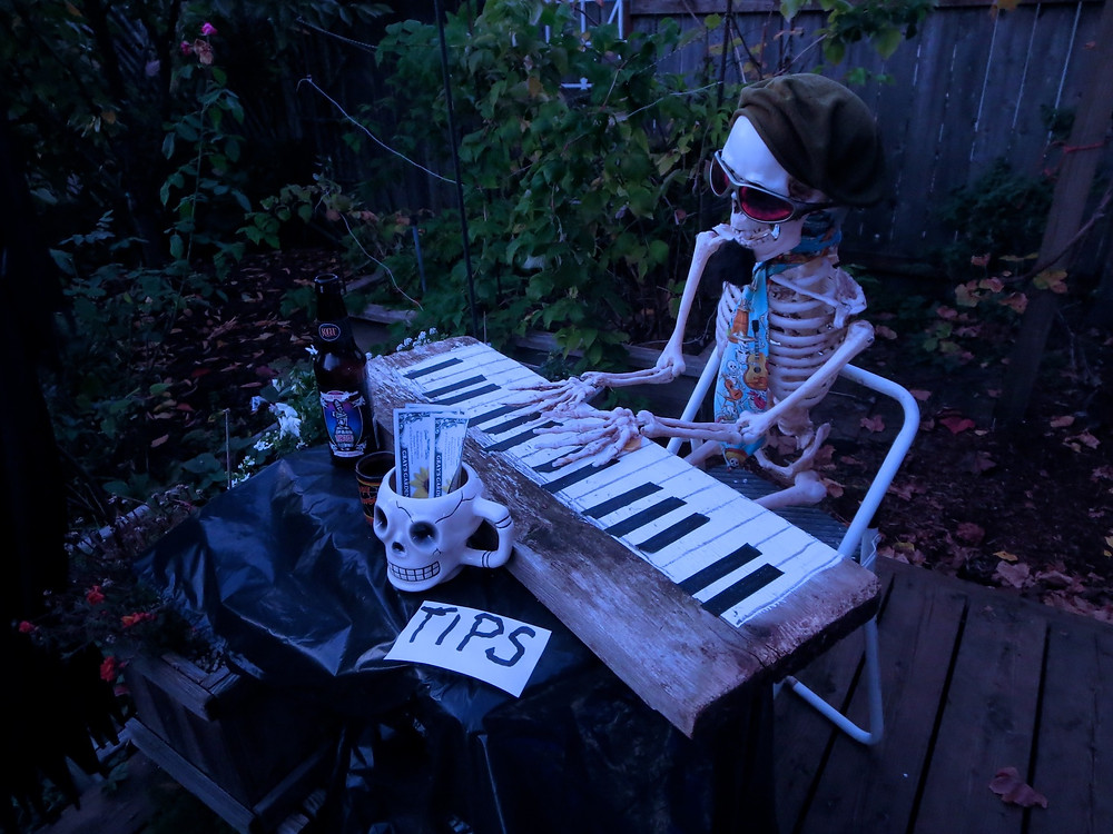 Skeleton at the piano