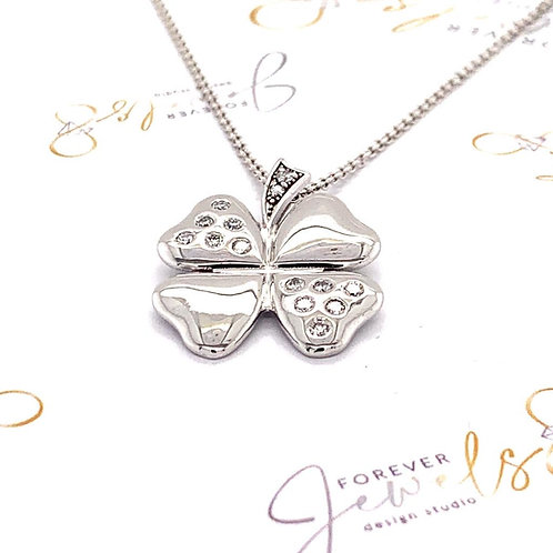 Four leaf clover diamond pendant