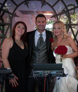 Lara Conte cantante con gli sposi