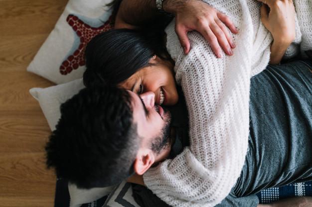 uomo donna abbraccio