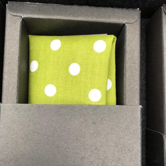 Pochette grün mit Punkten