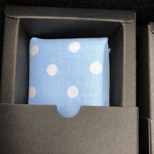 Pochette blau mit Punkten