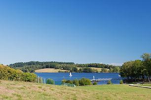 Lac_de_Vassivière_en_Limousin.jpg