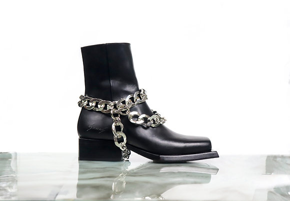 Reese boot with paired broken chain harnesses