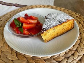 Kat's Kitchen - Honigkuchen mit mazerierten Erdbeeren