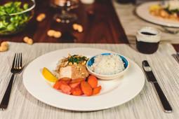 Huhn in Erdnuss-Sauce mit geschmorten Karotten