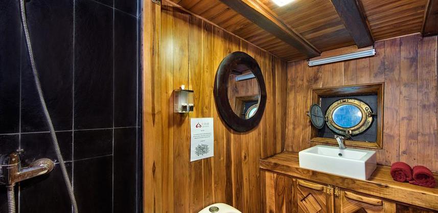 deluxe-bathroom-la-galigo-liveaboardw857