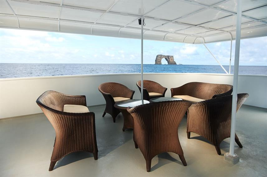 shaded_seating_area_mid_deck_hrw857h570c