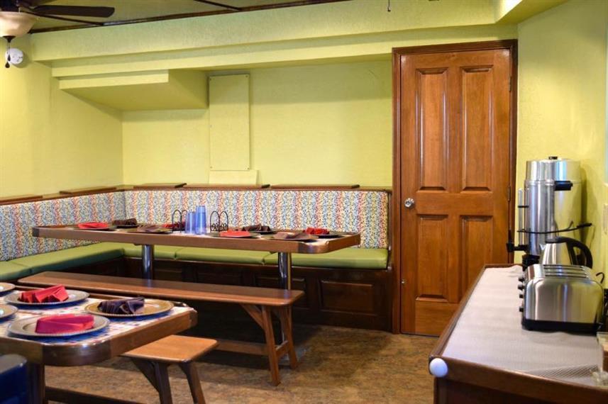 Lounge1w857h570crwidth857crheight570.jpg