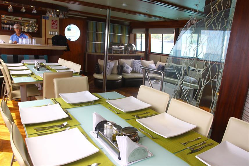 dining-table-humboldt-explorer-galapagos