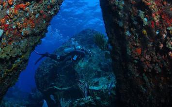 diver-betwen-large-boulders-hdw857h570cr