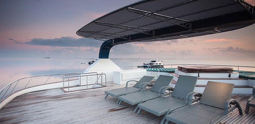 honors-legacy-liveaboard-top-deck-jacuzz