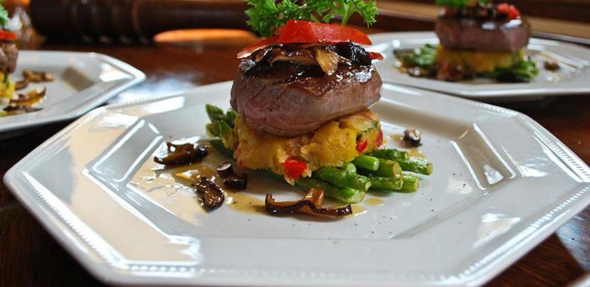 dining_aboard_the_raja_lautw857h570crwid