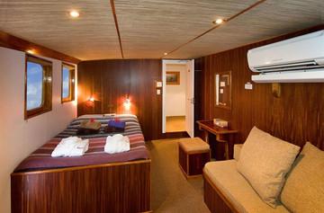 ocean-hunter-iii-master-cabinsw857h570cr