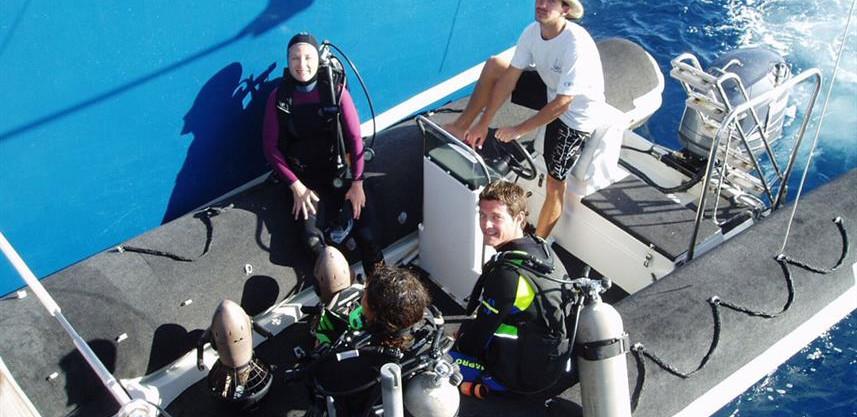 divers-on-tender-hdw857h570crwidth857crh
