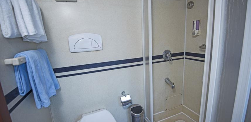 main-deck-dbl-bed-cabin-ensuite-2w857h57