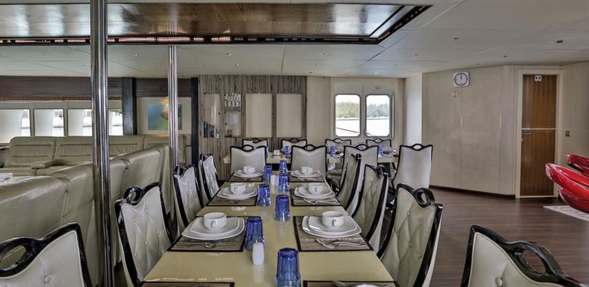 honors-legacy-liveaboard-saloon_1w857h57