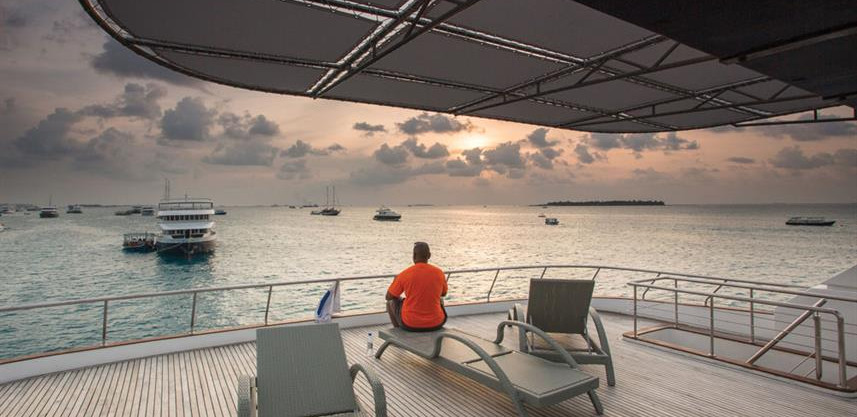 honors-legacy-liveaboard-top_deck_1w857h