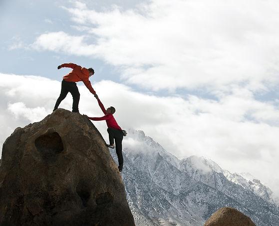 Zwei Männer beim erklimmen eines Berges
