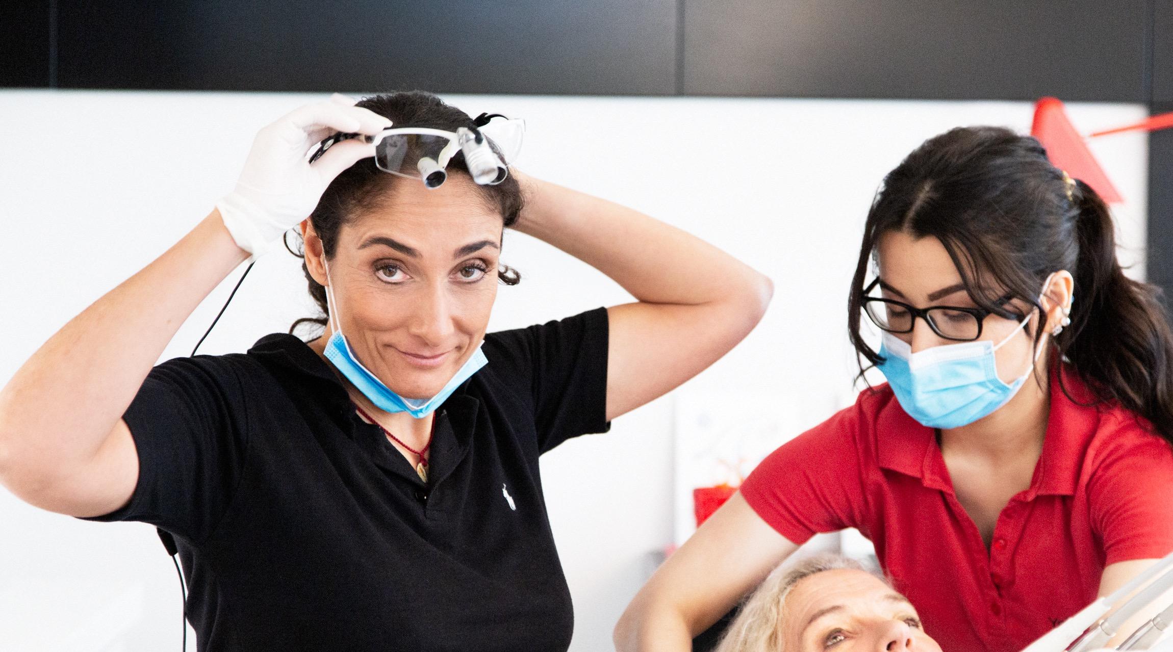 Zahnärztin Helena Montasem mit Mitarbeiterin in ihrer Zahnarztpraxis in Mainz