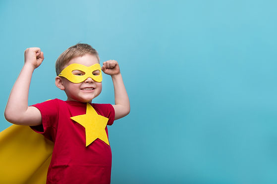 Junge mit Superheldenkostüm