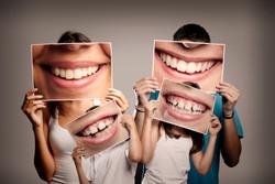 Familie zeigt ihre Zähne