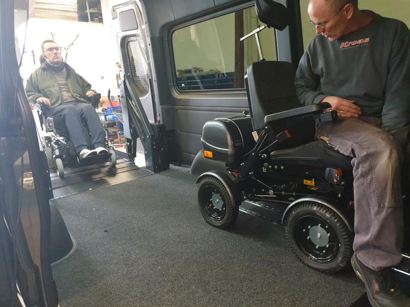 2 kørestole ved siden af hinanden