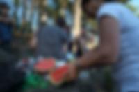 Nadia skär melon (kopia).jpg