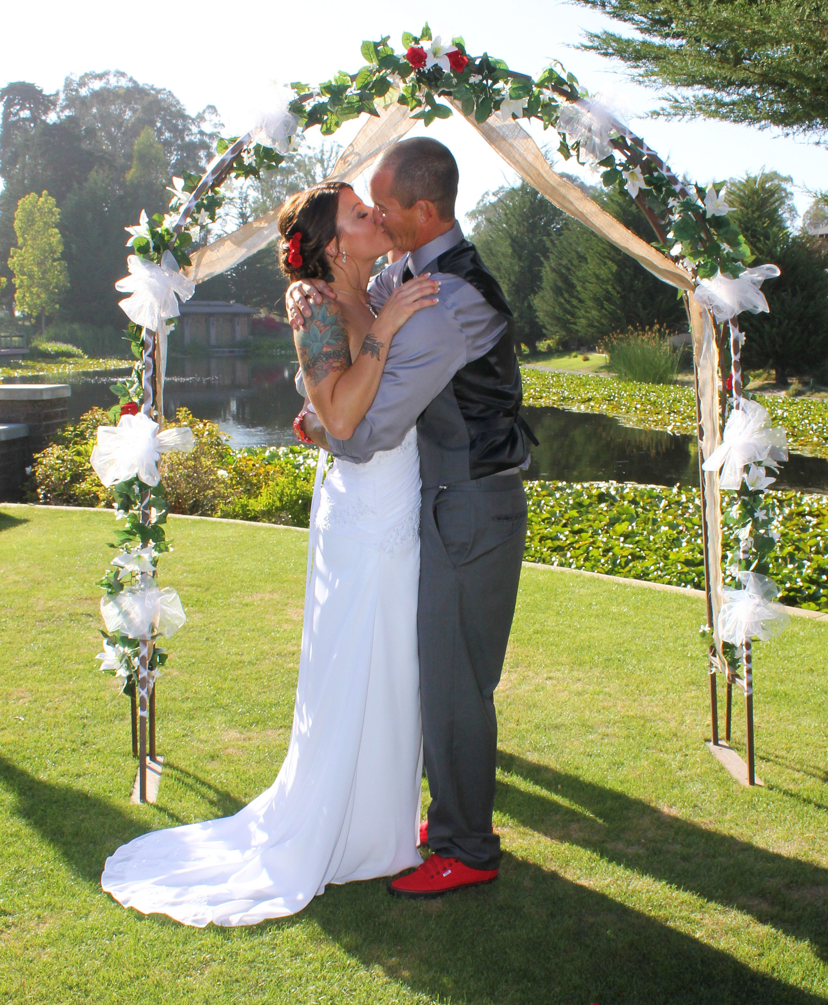 kissing at the alter