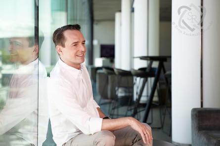 Florian Inhauser, TV-Moderator und Journalist - Portrait für die Glückpost und TELE