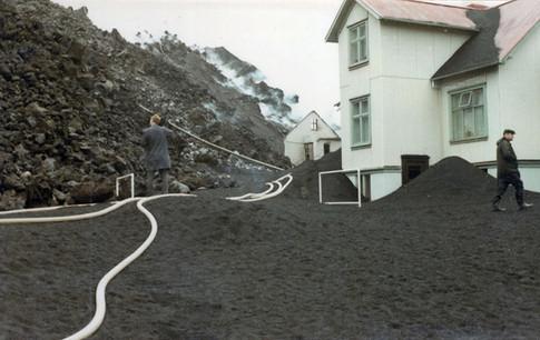 Jaðar (Vestmannabraut 6) nær og vesturgafl hússins Hornið á gatnamótum Vestmannabrautar og Heimagötu.