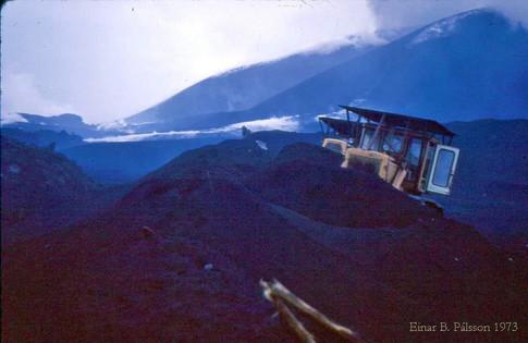 15. febrúar 1973. Ýtur gera varnargarð gegn hrauni