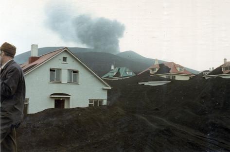 Austurvegur 1 og Kirkjubæjarbrautin í baksýn