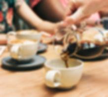 amigos-tomando-cafe-juntos_53876-42616.j