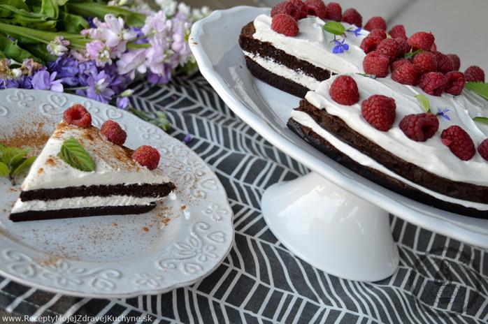 Kakaová torta s medovo-škoricovým mascarpone a malinam