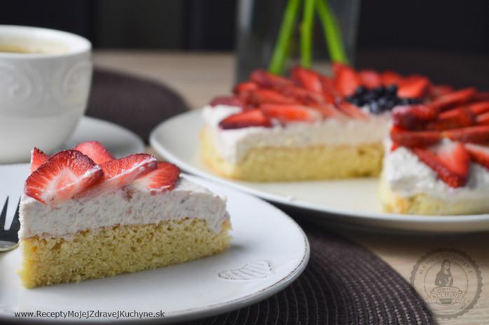 Jemná mandľová torta s banánovým krémom a jahodami