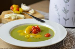 Brokolicová polievka s pečenými cherry rajčinami a mozzarelou