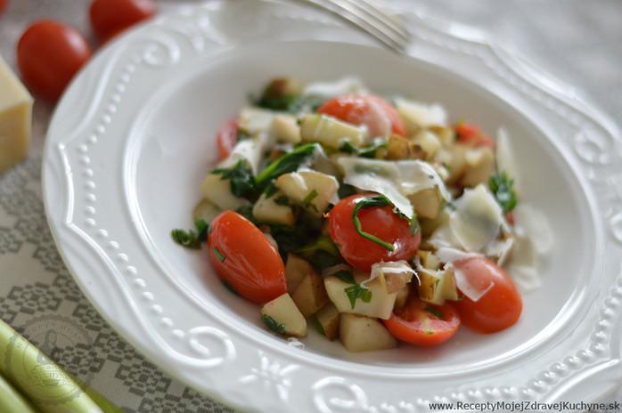 Teplý šalát s topinamburom, cherry rajčinami a baby špenátom
