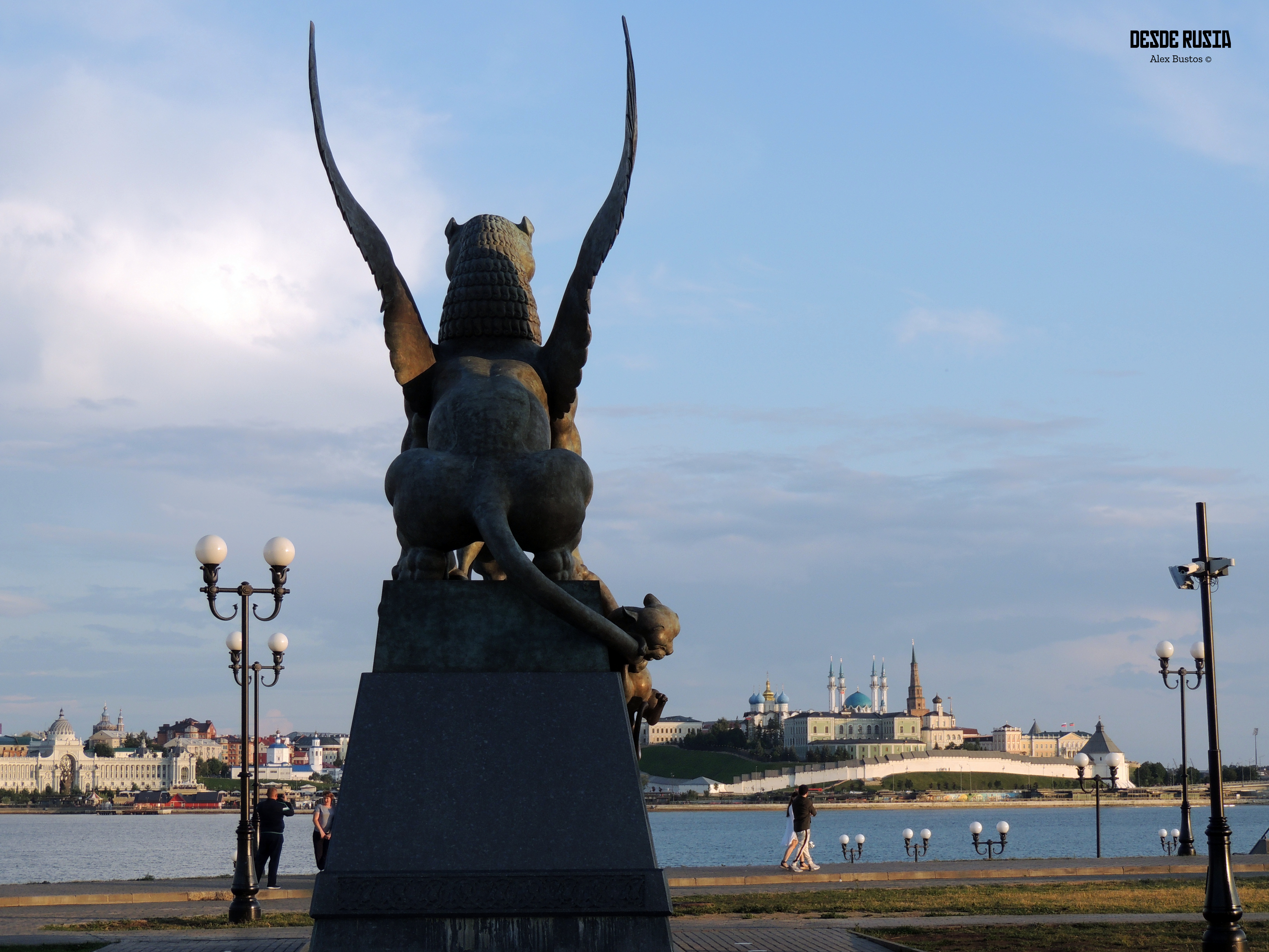 Estàtua_drac_-_background_kremlin