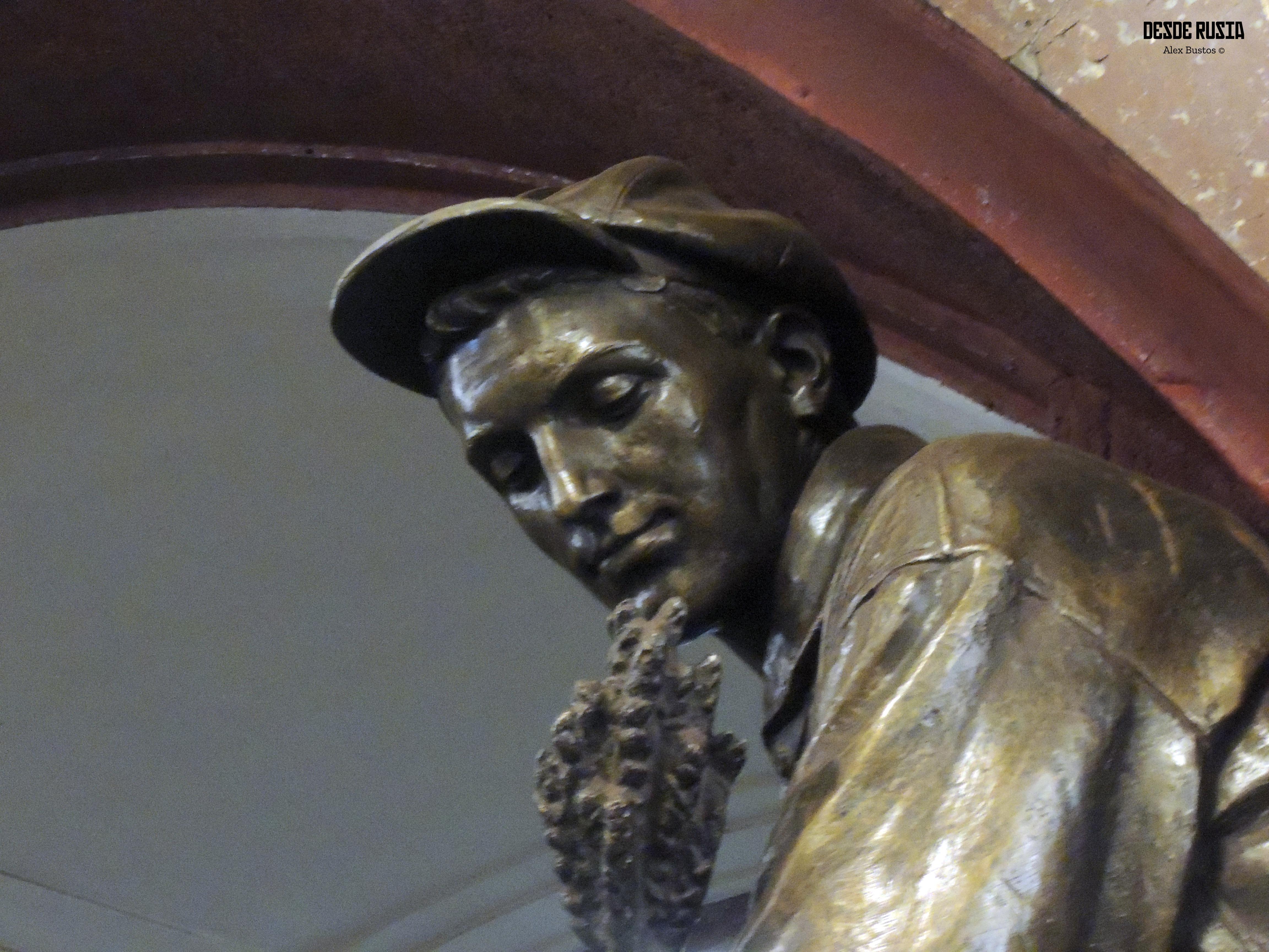 metro -Plaça revolució - estàtua (1).