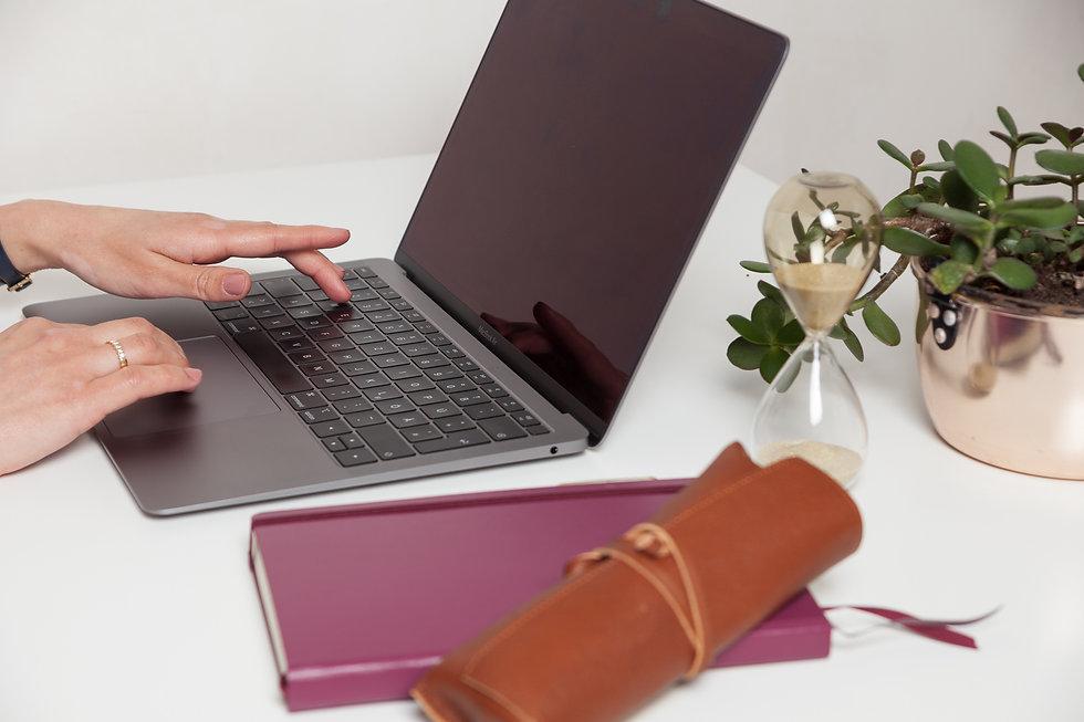 Arbeitstisch mit Notebook und Geldbaum