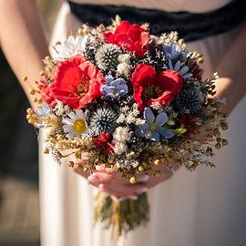 Nevesta drží svadobnú kyticu. Svadobný fotograf.