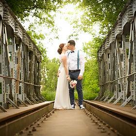 ženích a nevesta sa bozkávajú na moste, Zvolen. Romantika